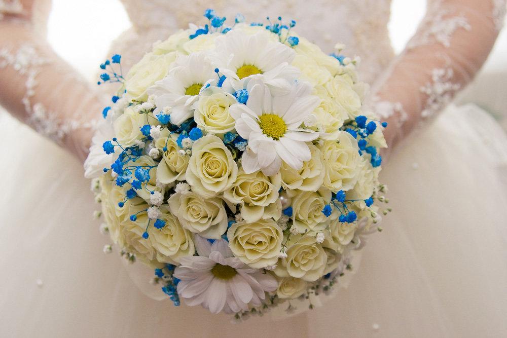 Букет из синих роз и белых ромашек фото