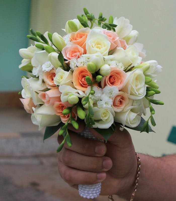 Белый свадебные букеты из роз и фрезий, цветов цуме