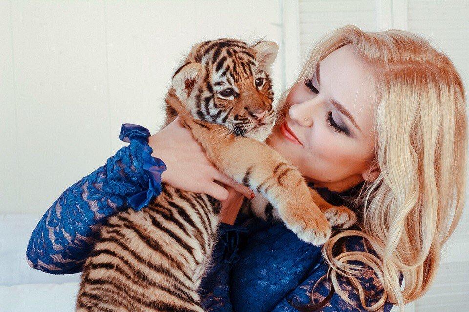 Картинки тигра с маленькой девочкой