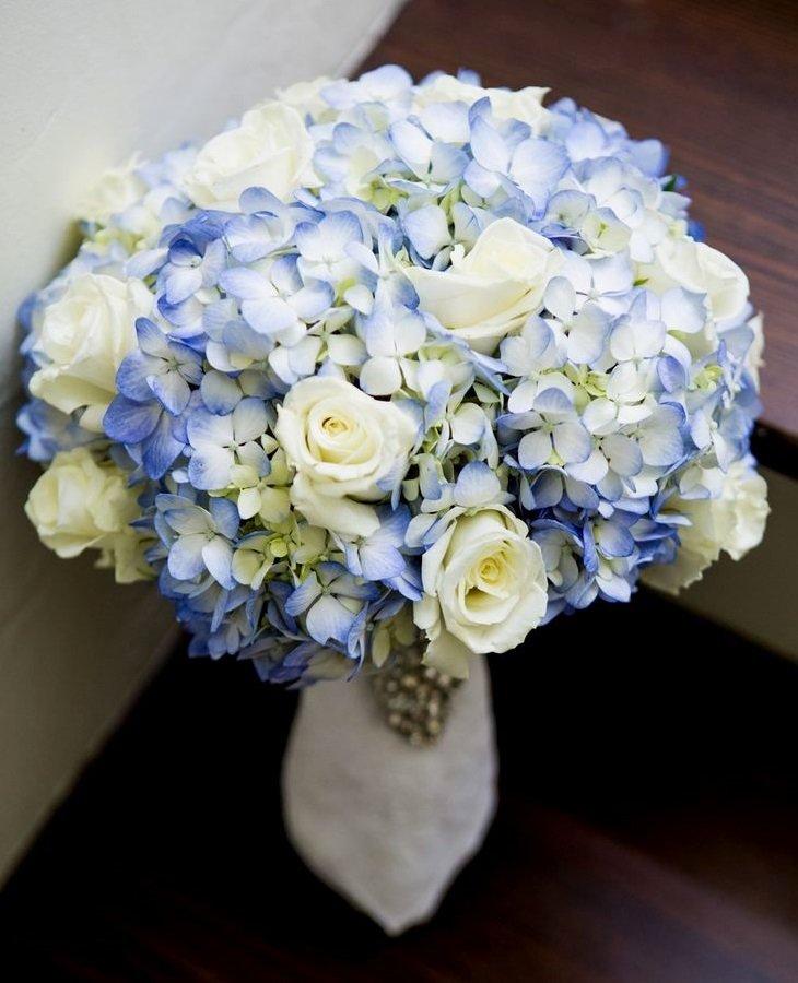 Букет невесты переход из розы и гортензии, оптом оранжевым
