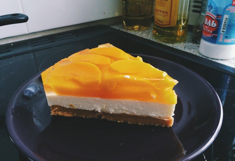 Сливочный сыр – г, в идеале – филадельфия, также хорошо подойдут более бюджетные варианты: альметте, рикотта, маскарпоне, если нет в наличии, используйте жирный не зернистый творог, сливки жирностью не менее 30 % — мл, 3 столовые ложки желатина, 0,5 стакана сахара, количество условно и зависит от личных вкусовых предпочтений и добавок, которые собираетесь использовать, ваниль по желанию.