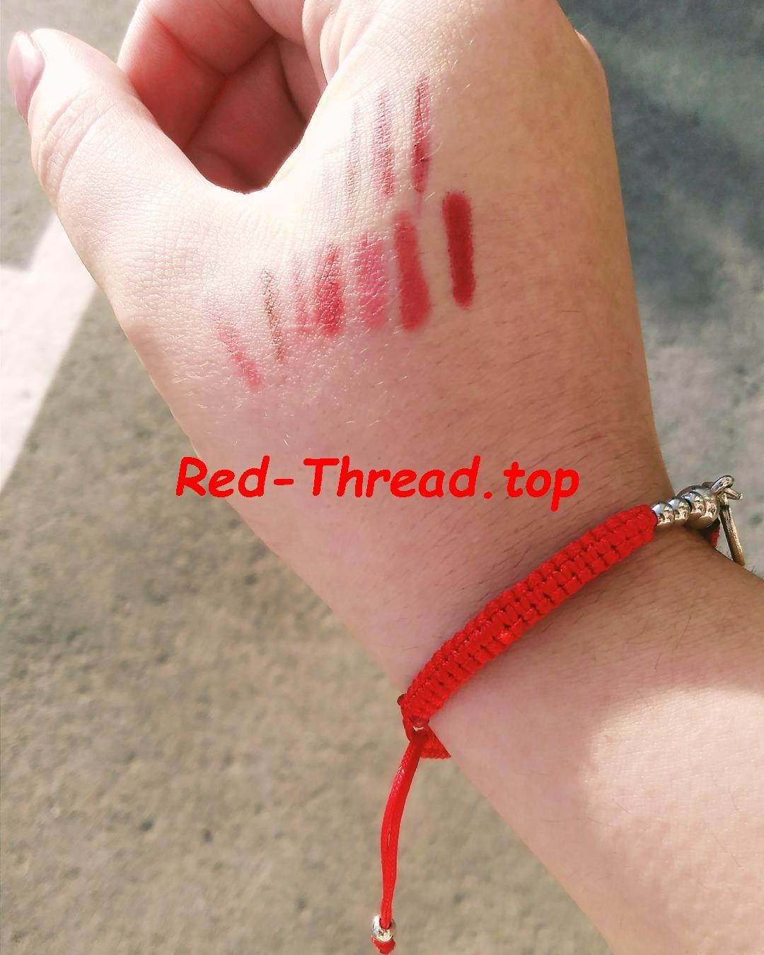 дизайн красная ниточка на запястье ребенку бляшки