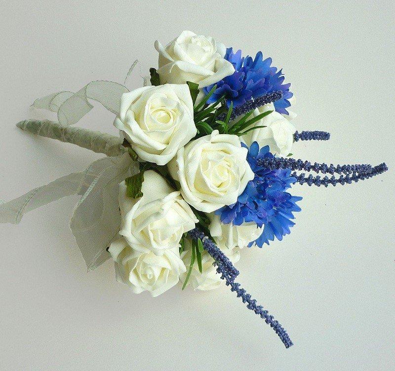 Свадебный букет из белых и алой роз с синих хризантем, амариллис