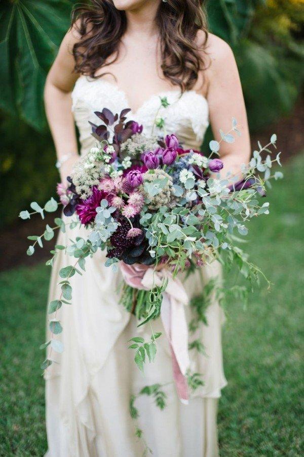 Новое направление свадебных букетов - растрепанный букет, подчеркивает красоту и нежность невесты. Придает всему торжеству стильность и неповторимость.