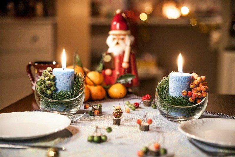 Эко стиль новогоднего стола подчеркнут подсвечники с природными материалами