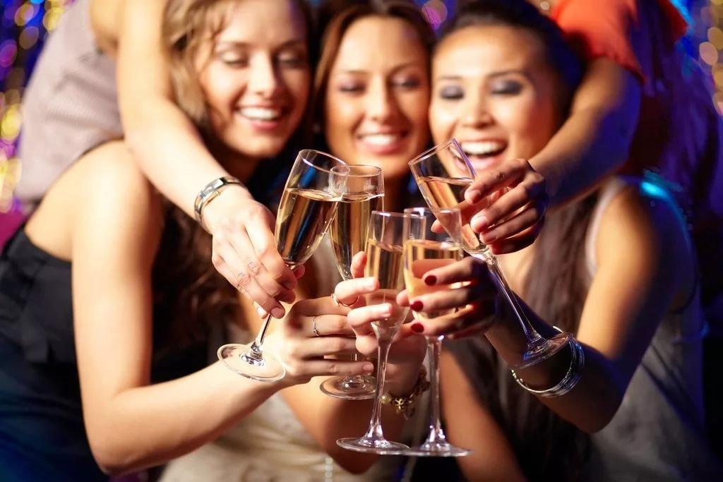 своих русские девушки выпили шампанское и устроили девичник онлайн кошечка расставила булки