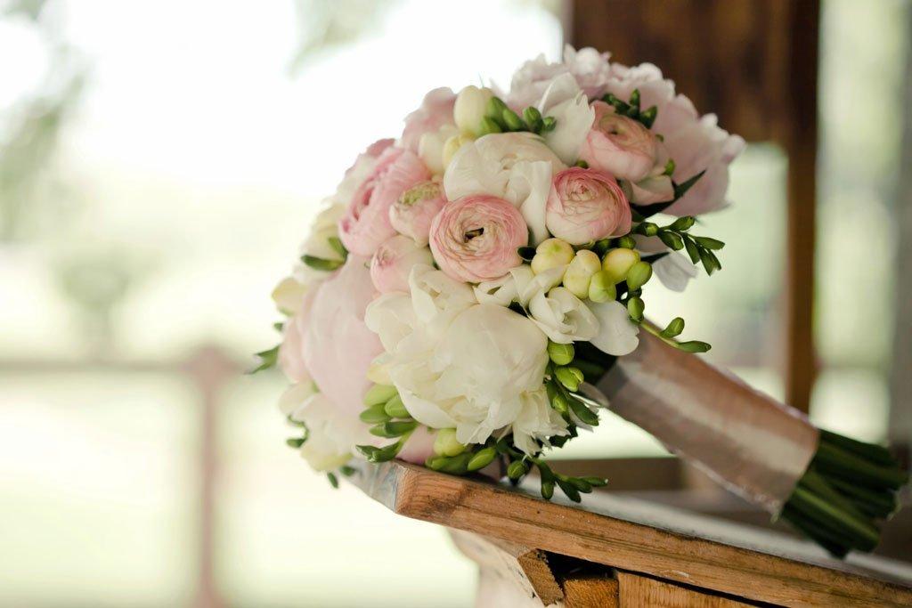 Ранункулюс и фрезия свадебный букет