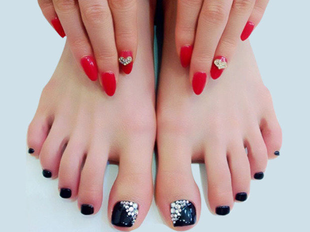 Стразы на ногтях фото педикюра