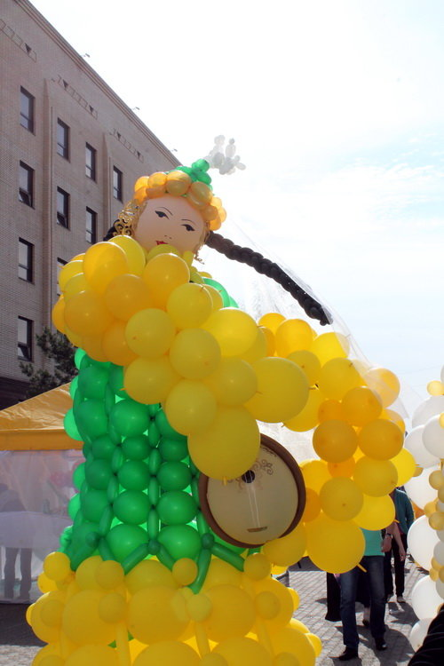 В Костанае построили дворец из почти 6 тыс. воздушных шаров