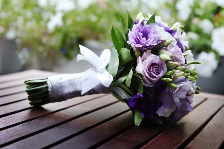 Свадебный букет с фиолетовым оттенком, цветы