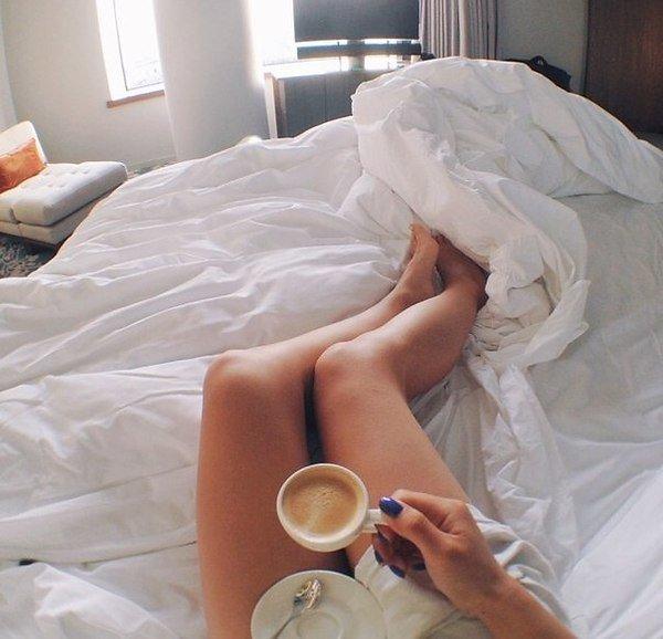 ноги девушки в кровати одна самых