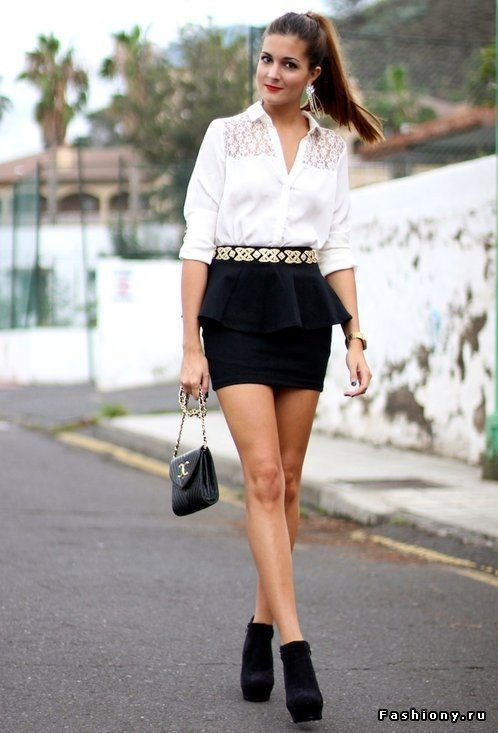 Девушки красивая девушка в короткой черной юбке и белой блузке подружка