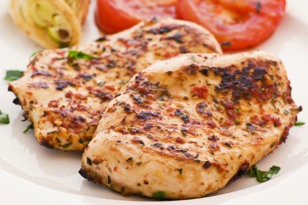 Примерно через час почти вся жидкость испарится, соус слегка карамелизируется, корочка стейков подрумянится — ваше блюдо готово.