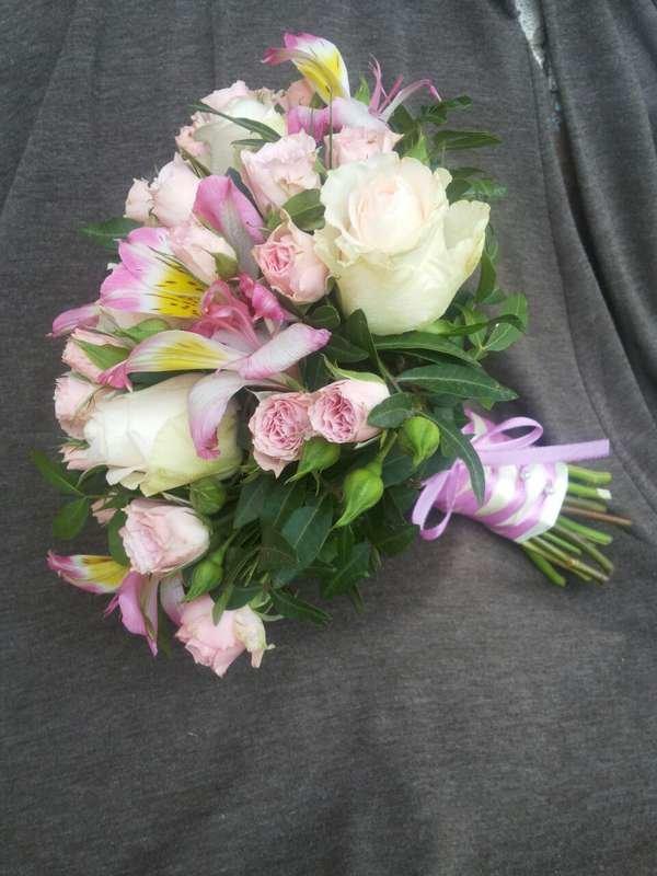 Свадебный букет из розы и альстромерии