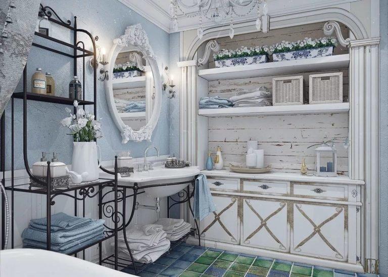 Кованная и деревянная мебель в ванной комнате.