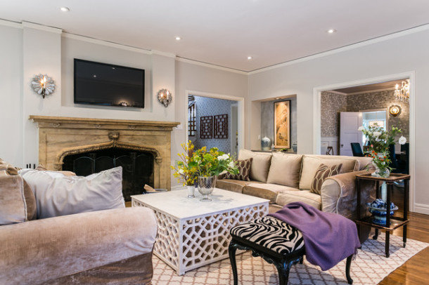 Фантазийные «крытые» кресла привлекают внимание, а уж если их обивка имитирует окрас зебры, восхищение гостей вам обеспечено.