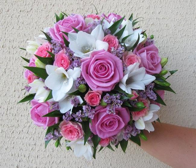 Кустовые розы в букете с другими цветами заказ азове