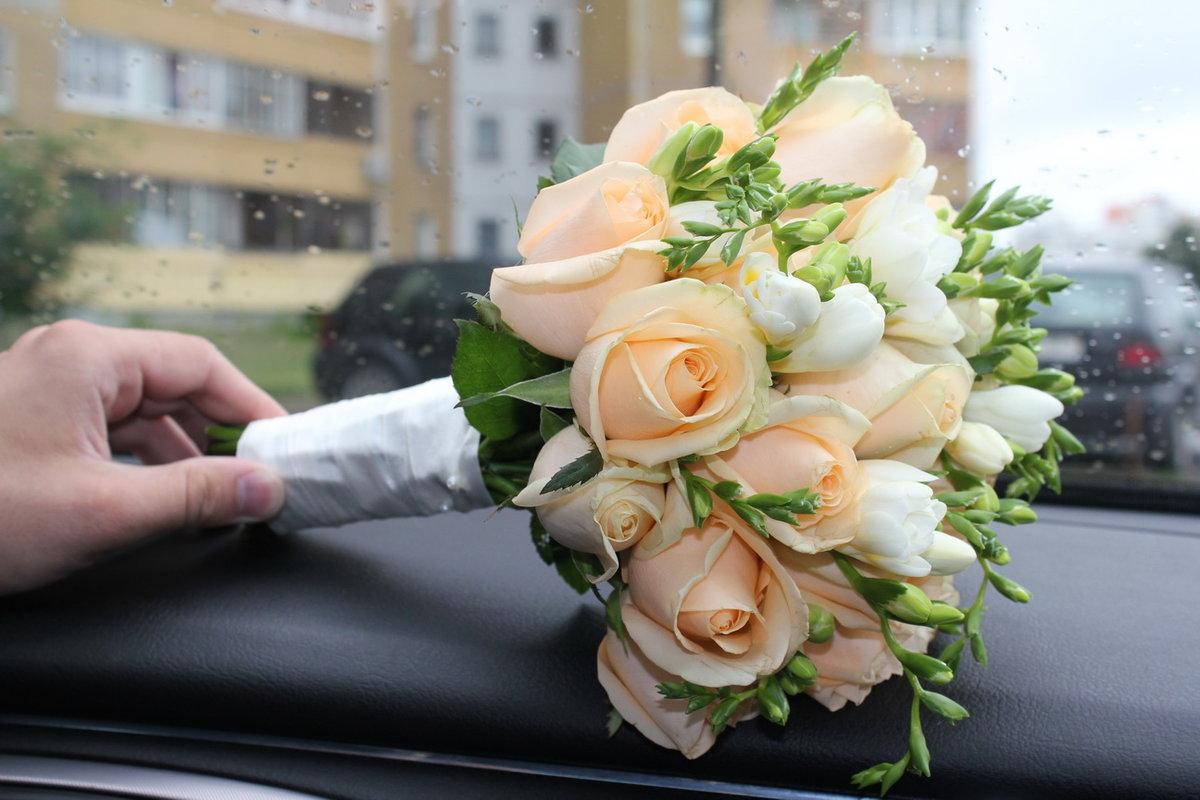 Большой букет, букеты с фрезией для невесты розы