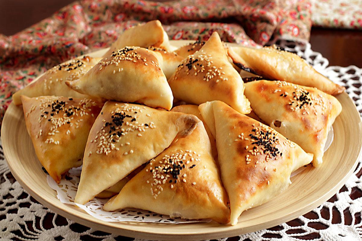 Каждый пирожок смазываем желтком и присыпаем чернушкой нигеллой или кунжутом.