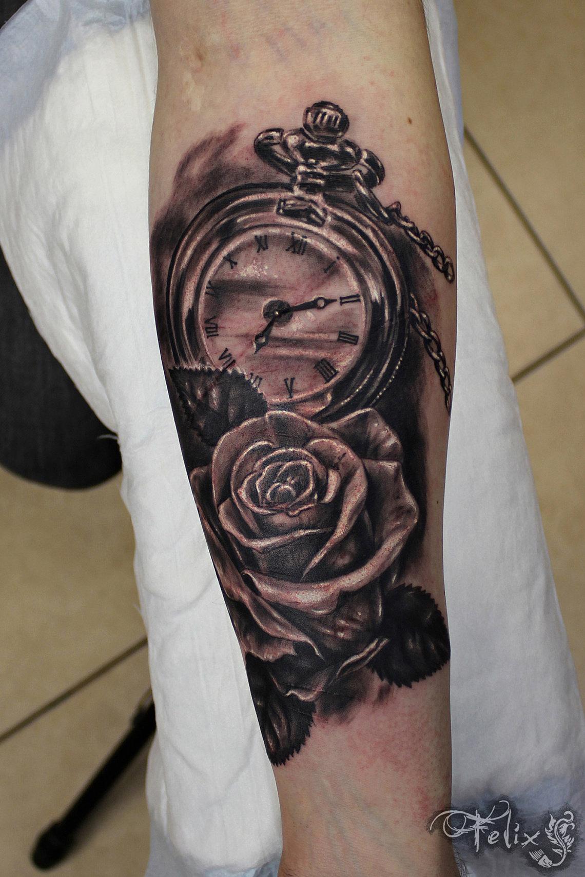 Для тату часы расшифровки связаны со сменой периодов жизни, историей и стимулом к действию.