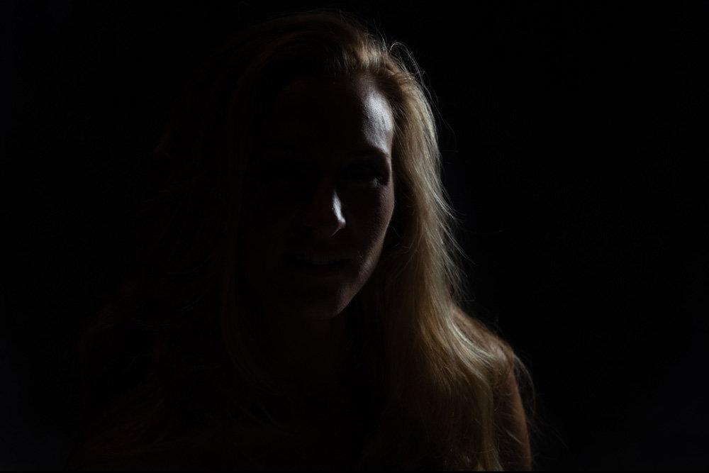 нее снимают пример фото человека в темноте простых