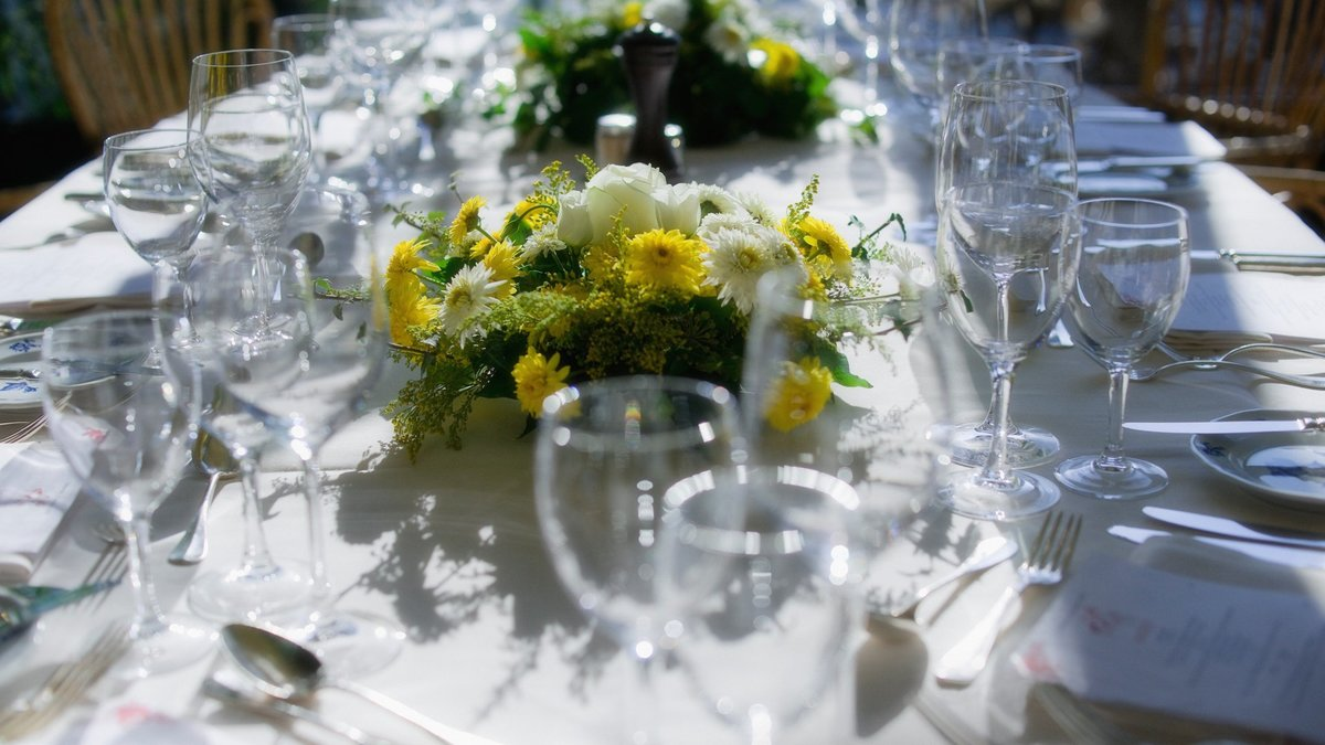 Дню, песню столы накрыты горят букеты и поздравления рекой