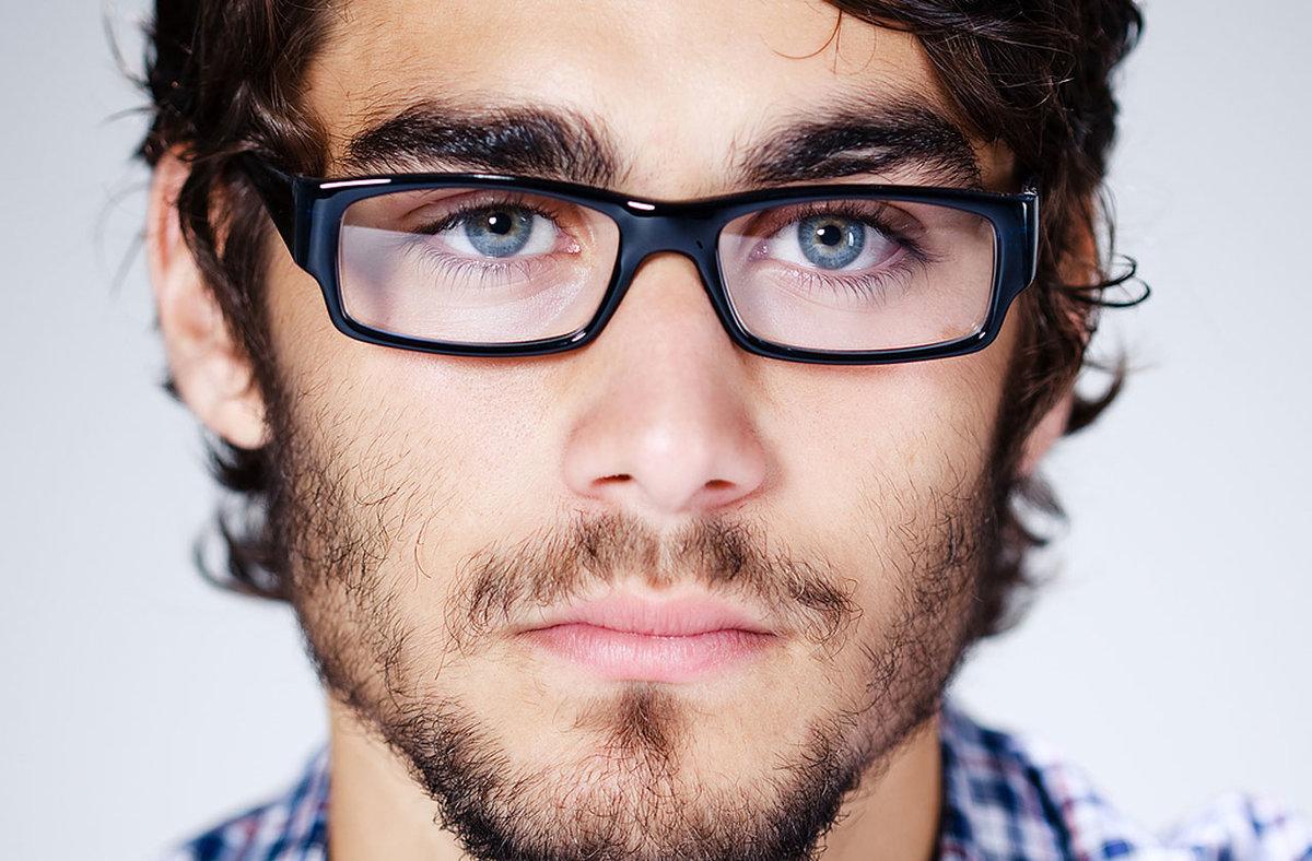 хочется иметь фото чела в очках помощью родственников