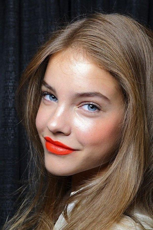 Русым к лицу нестандартная оранжевая косметика, которая сейчас находится на пике популярности.