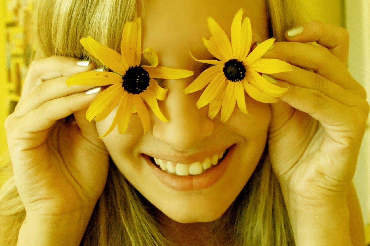 Открытка добрая улыбка только у нее