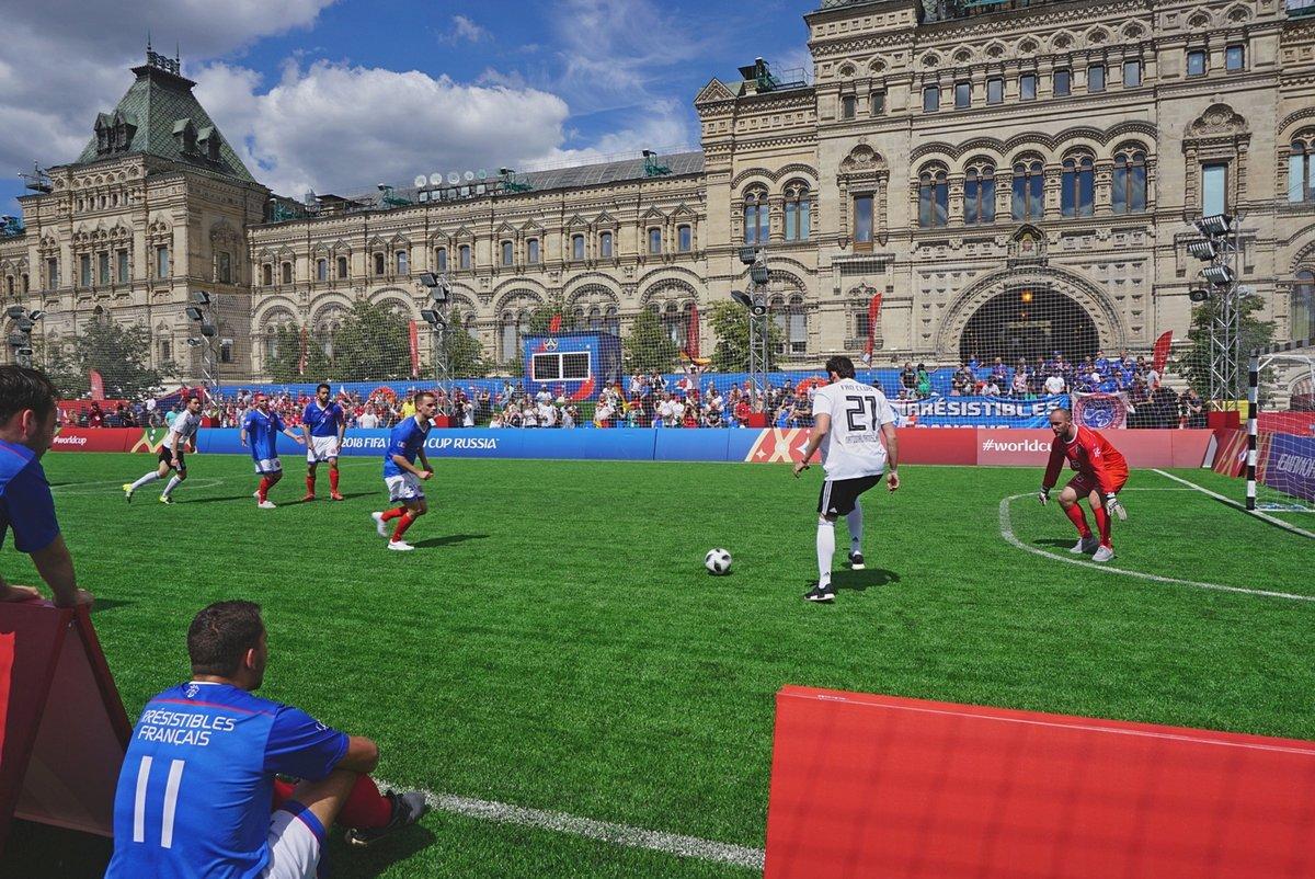 """Оле-оле-оле!Любительский матч между футбольными фанатами из Германии и Франции.На Красной площади на месте, где зимой бывает каток, открылся «Парк футбола». В этом """"Парке футбола"""" есть много интересного. Есть там и футбольное поле,  где сражаются между собой сборные команды, состоящие из футбольных фанатов. На снимке запечатлён матч между фанатами из Германии и фанатами из Франции.Всё по-настоящему: и дудение в дудки, и размахивание национальными флагами, и крики в поддержку играющих на поле.#RVL #FIFA #первенство #первенство_мира #чемпионат #чемпионат_мира #Красная_площадь #игра #спорт #команда_футбольных_фанатов #Франция #Германия"""