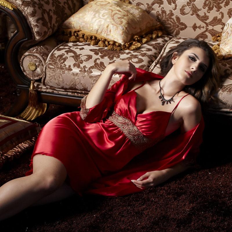 Баба спит в красном халате