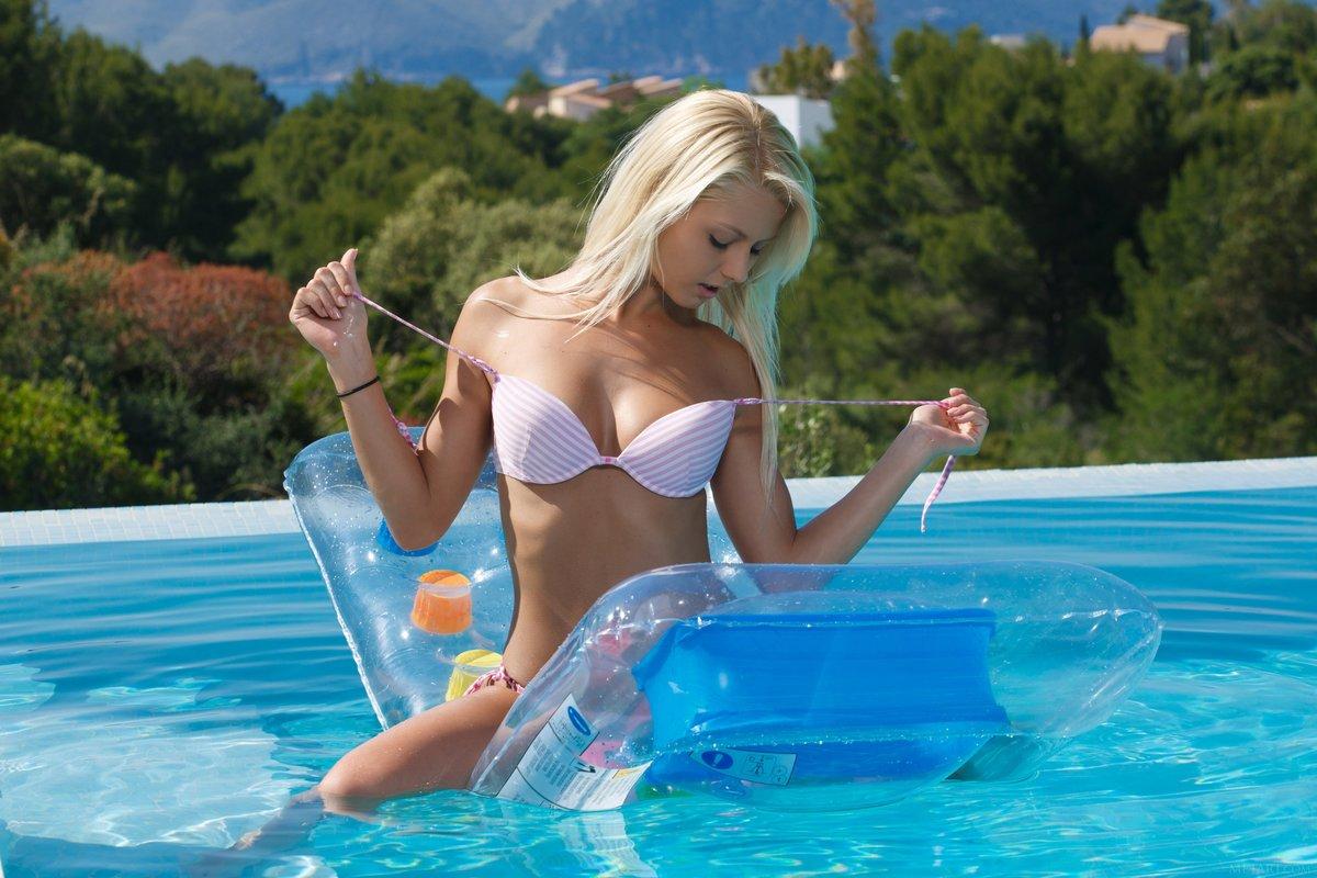 С блондинкой в бассейне