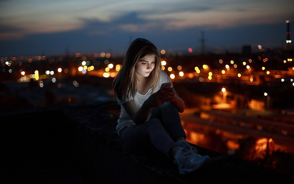 девушка одна ночью дома двумя пальцами