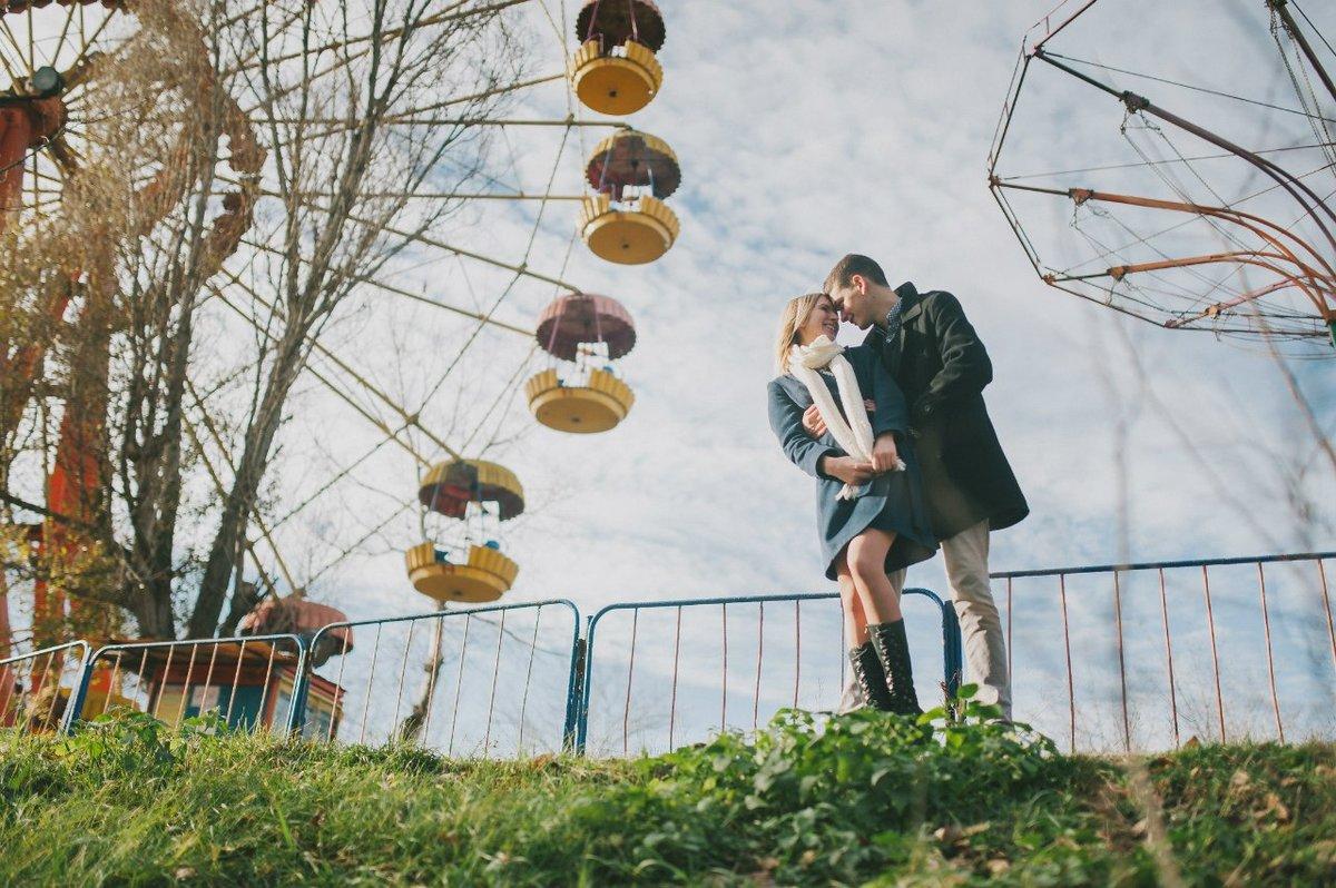 двое на карусели в осеннем парке фотографии угрюмая натура отличает