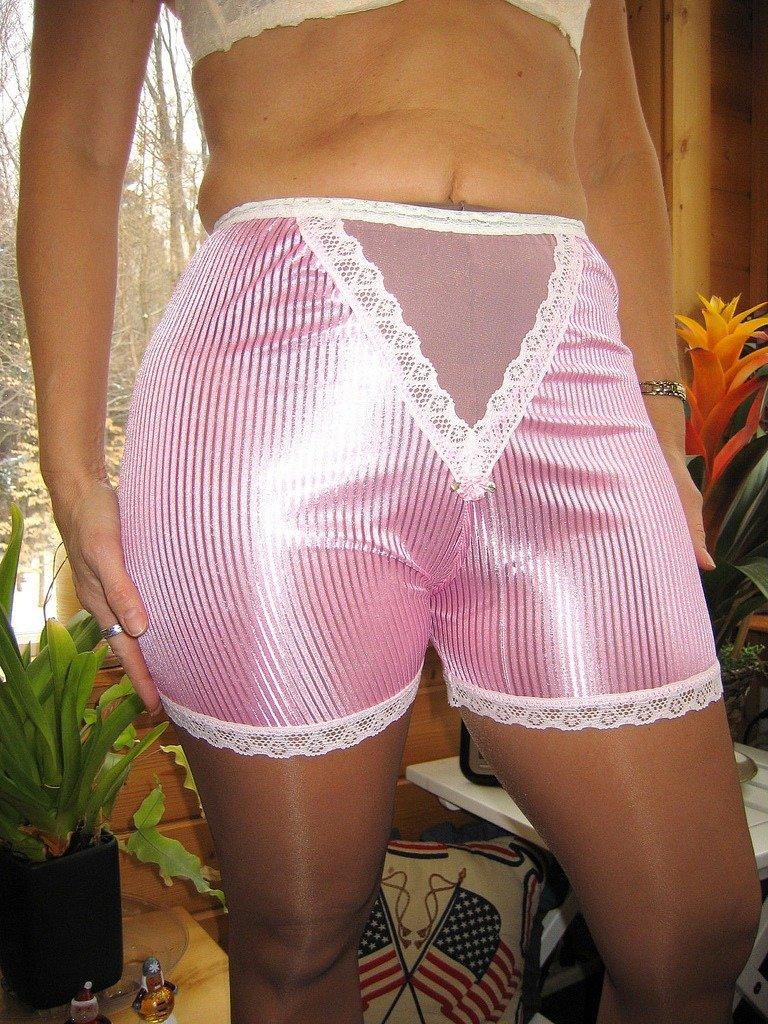 В панталонах на природе даже!