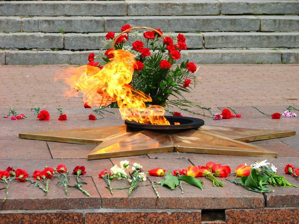 Надписью самая, картинка вечный огонь к 9 мая