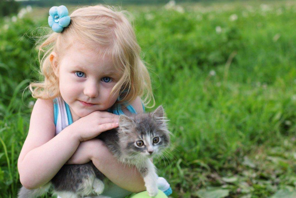 Белые распечатки, картинки дети с животными на руках