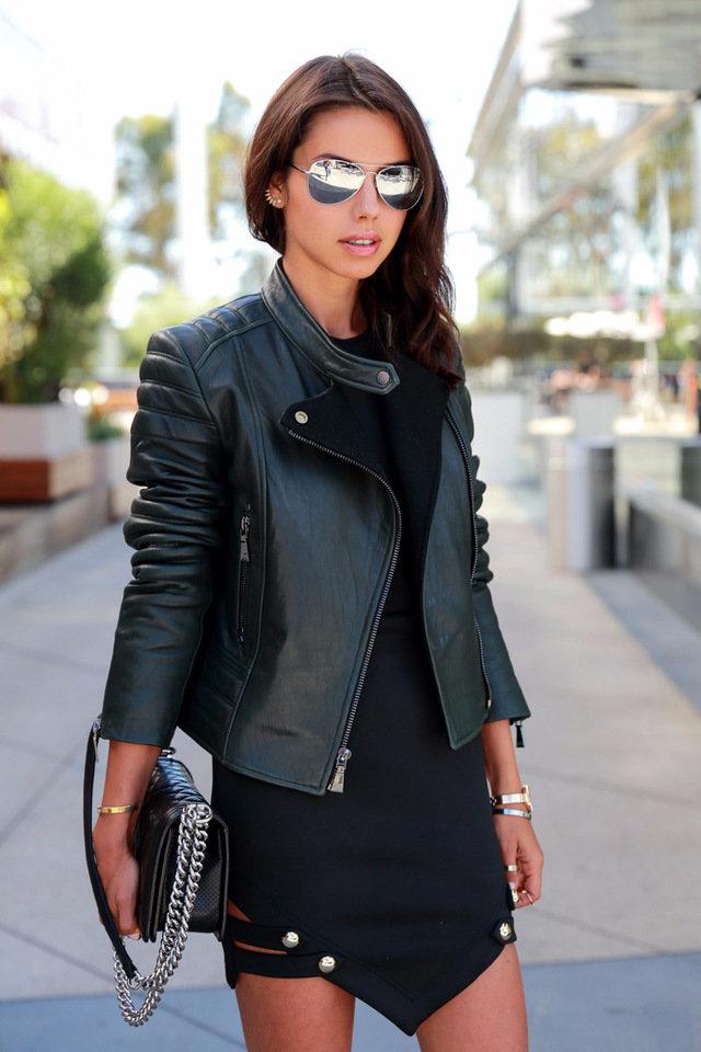 Фотография девчонка брюнетка в очках и черной куртке кожаной, кунилингус женщине ххх