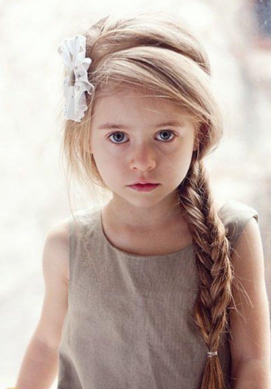 Девочка с косой и ободком.