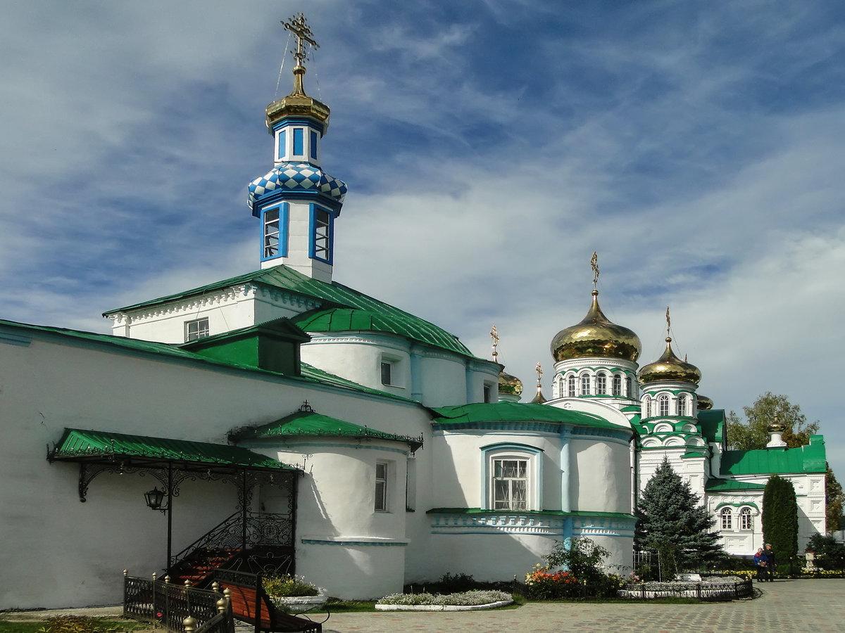 Вахитов районы , самый небольшой по численности населения в городе, занимает центральную часть города казань и граничит почти со всеми другими районами казани — кировским, московским, ново-савиновским, советским, приволжским.