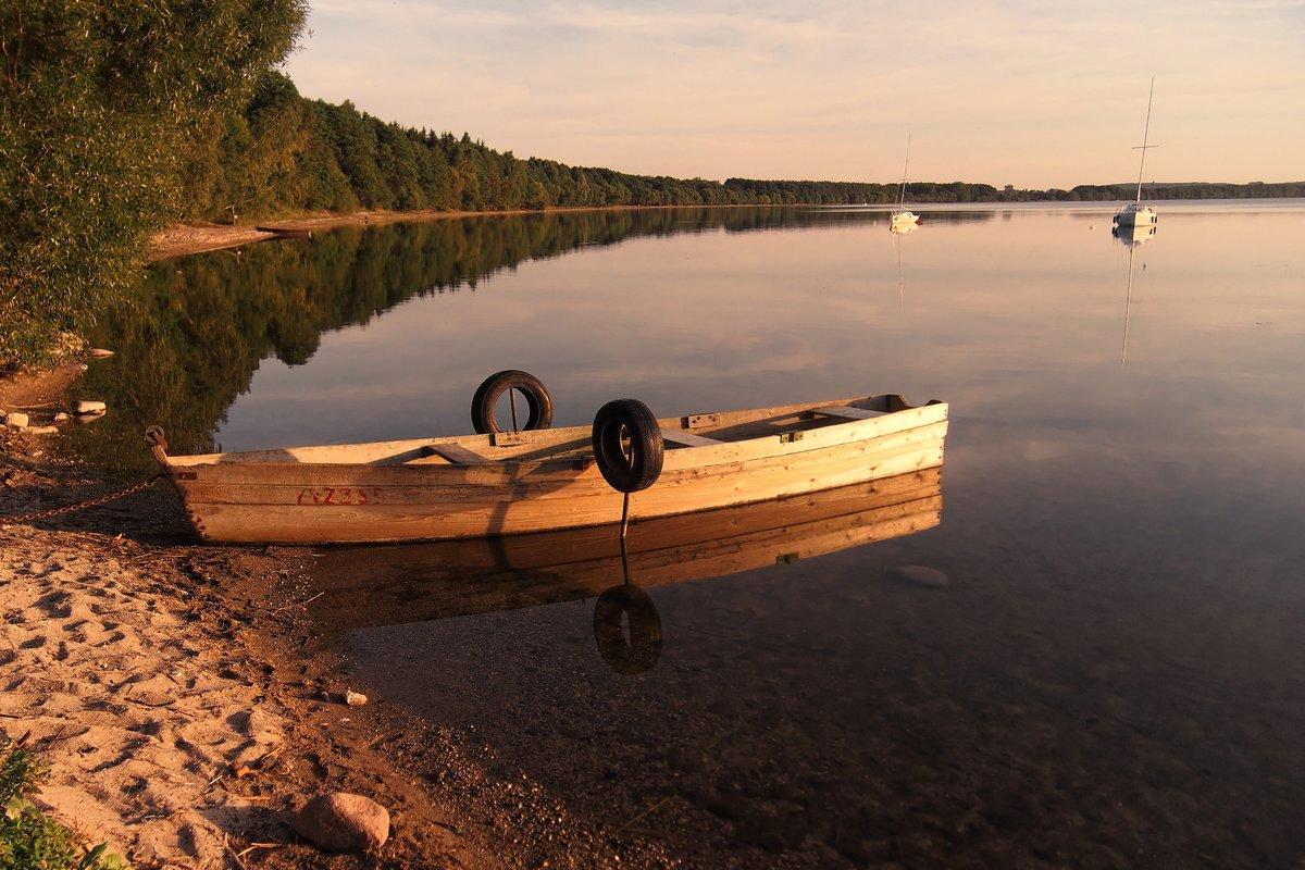 картинки лодки возле берега теплого холодного оттенков