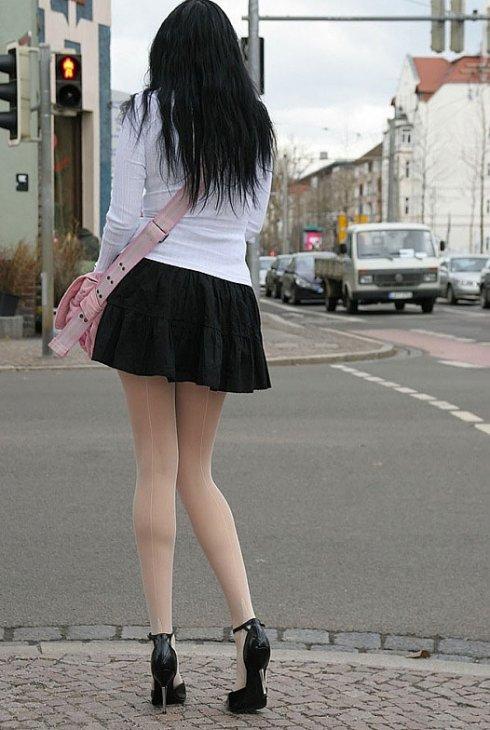 Голые девушки с сексуальными ногами в высоких каблуках (фото)