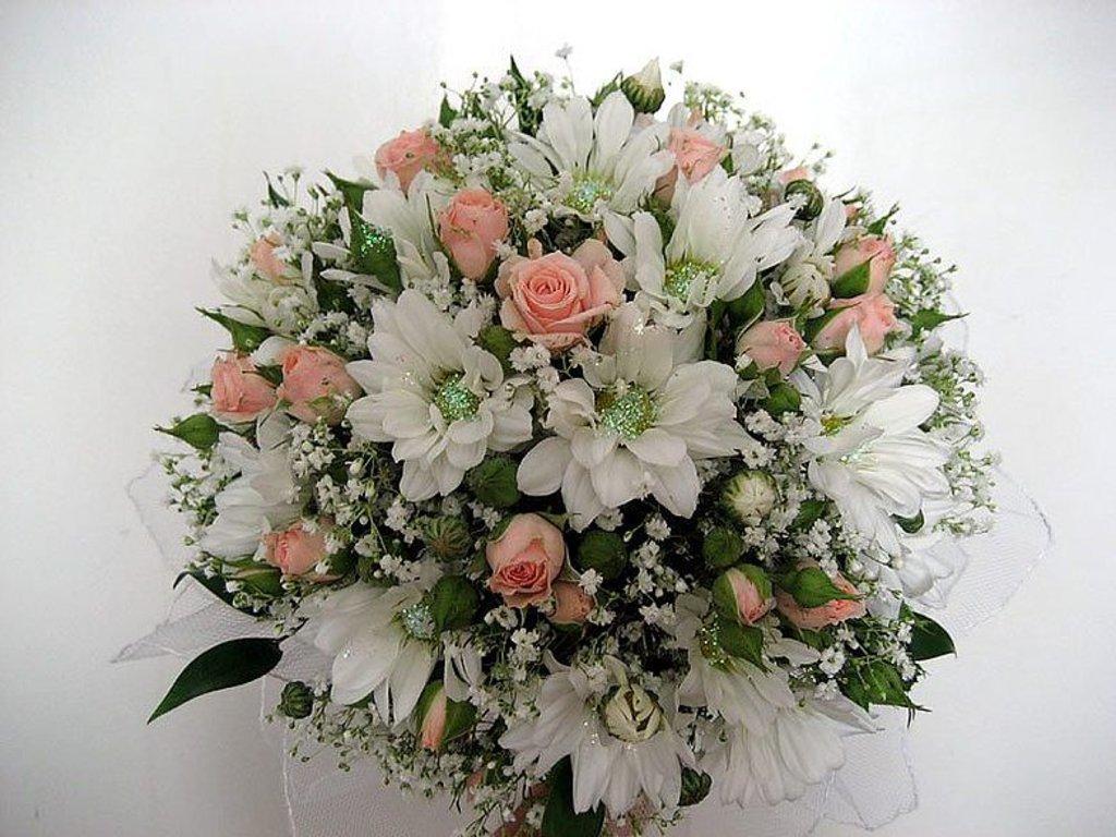Цветов, свадебный букет невесты из кустовых роз и хризантем