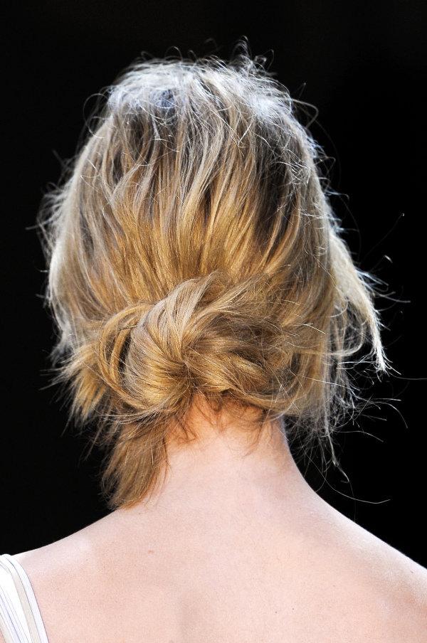 небрежный пучок из волос фото
