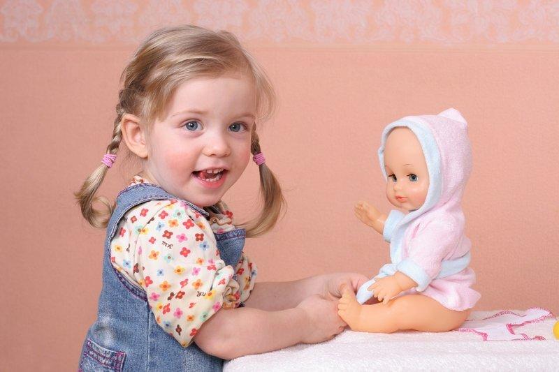 Игра с куклой картинка