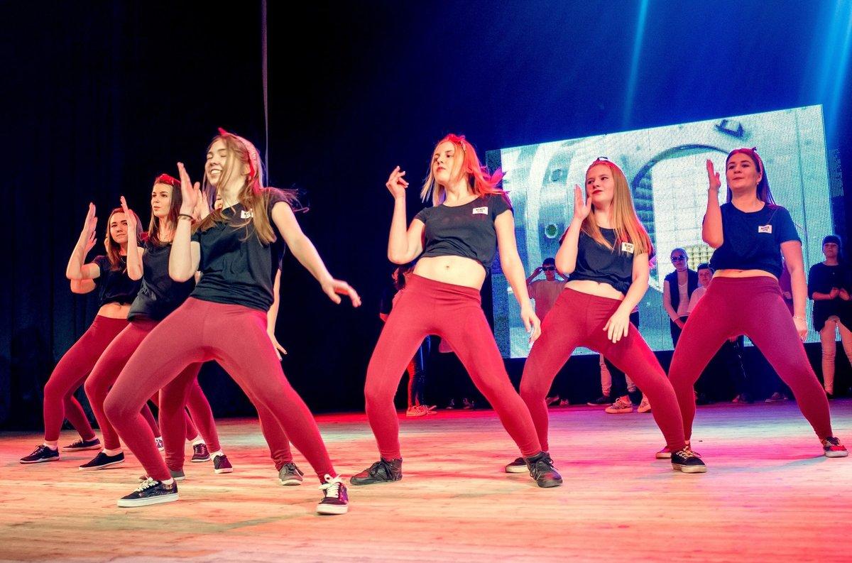 девушки танцуют на сцене-фото ваш мужчина