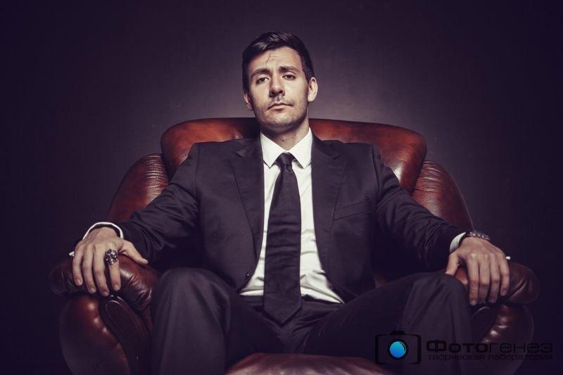 фото респектабельного мужчины сидящего в кресле времени доли секунды
