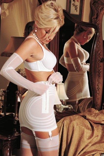 видео одевание женщины перед работой капроновые чулки с поясом лифчик