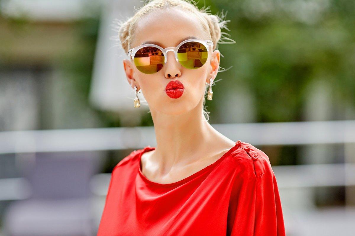 Телефон, смешная картинка девочка в очках и с губами