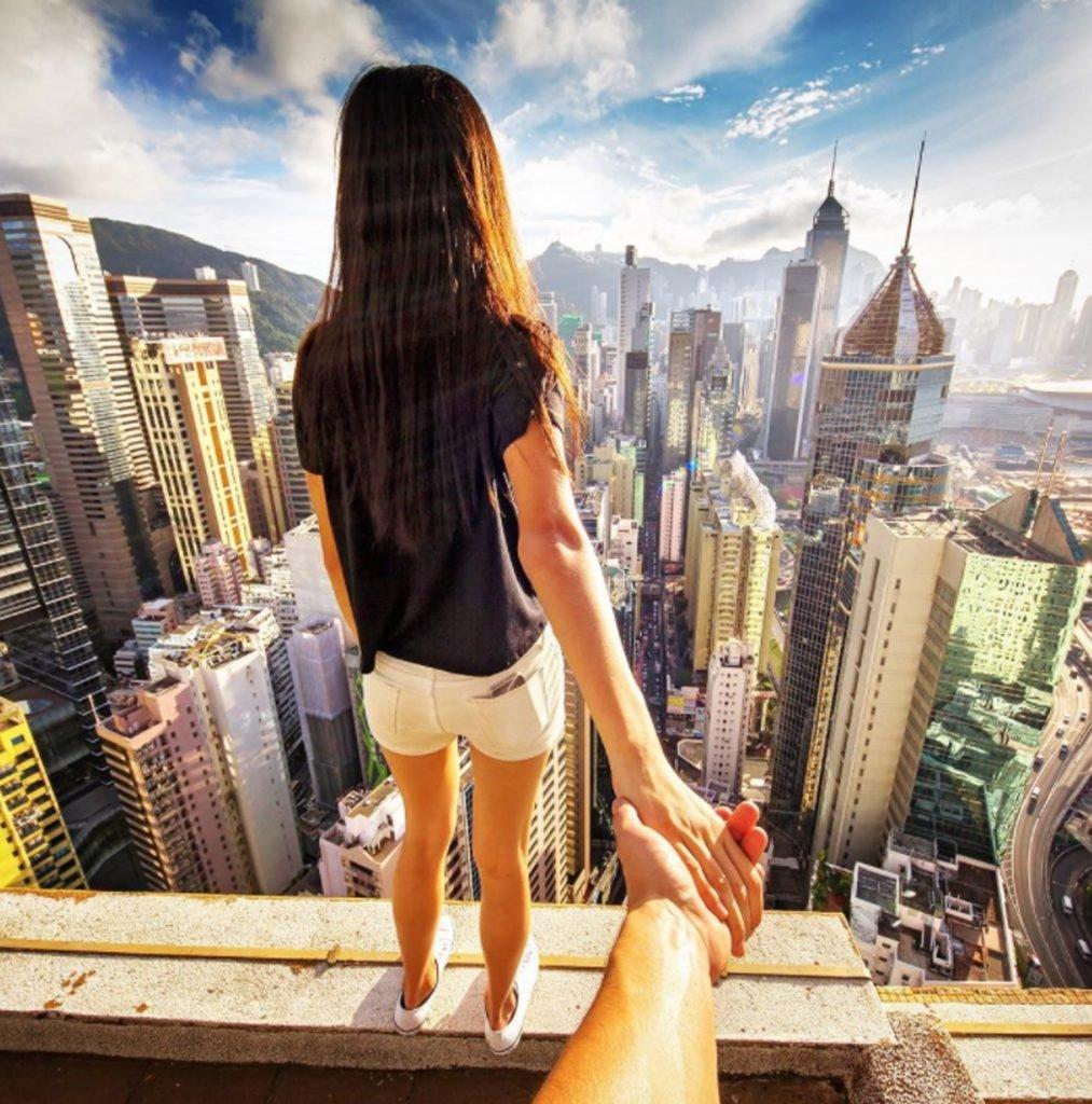 Картинка девушка на крыше дома